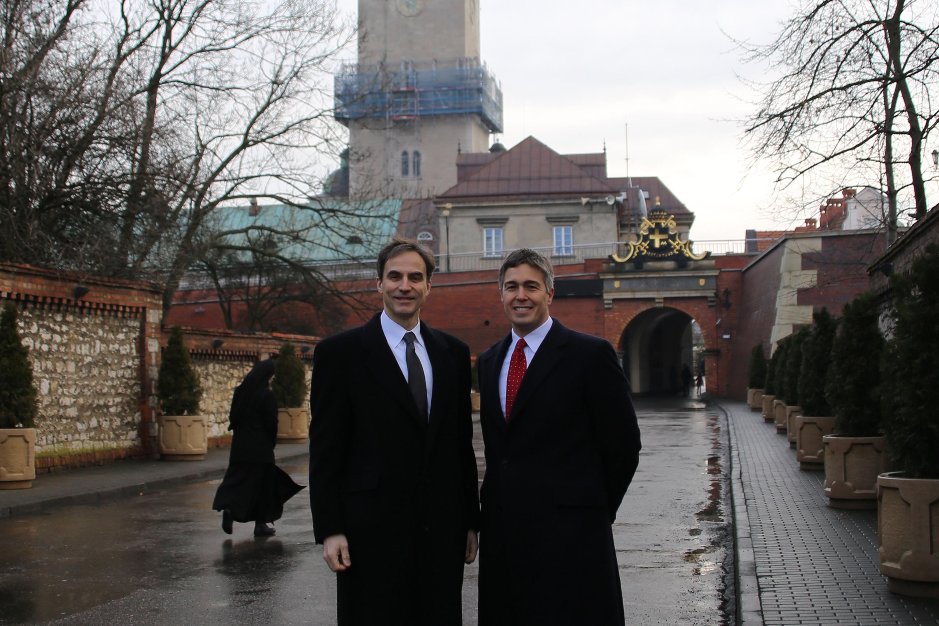 Ambasador Paul Jones i konsul generalny Walter Braunohler na Jasnej Górze.