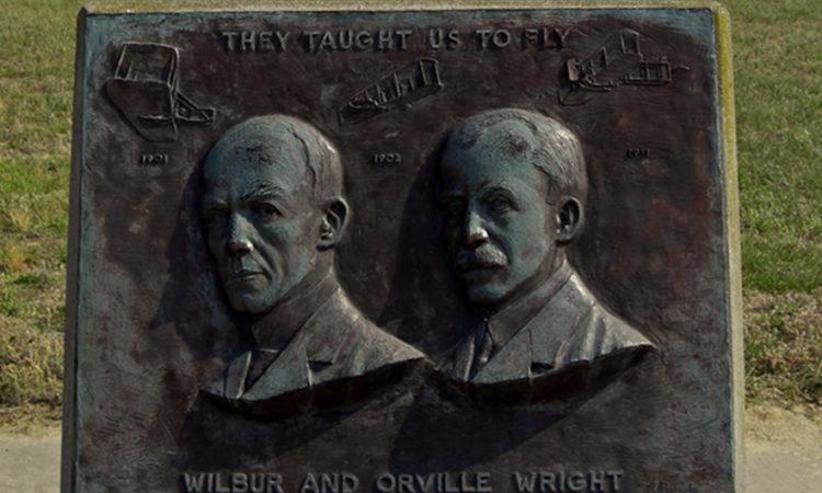 (Fot: Wright Brothers National Memorial -pomnik upamiętniający pierwszy kontrolowany 12-sekundowy lot samolotem dokonany przez Braci Wright w Kill Devil Hills (Północna Karolina, USA)