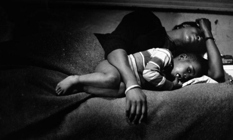Gordon Parks, Bassie z małym Richardem dzień po tym, kiedy oblała swojego męża wrzątkiem © Dzięki uprzejmości The Gordon Parks Foundation