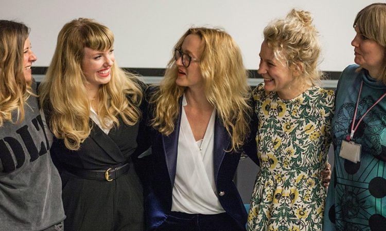 Amy Karle (druga od lewej) z nowymi polskimi koleżankami na spotkaniu Centrum Nauki Kopernik 26 kwietnia. (fot: Kacper Bartczak / Grain Films)