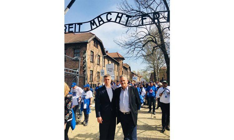 Konsul Generalny USA Walter Braunohler i Radca ds. Public Affairs Frank Finver biorą udział w 30. Marszu Żywych