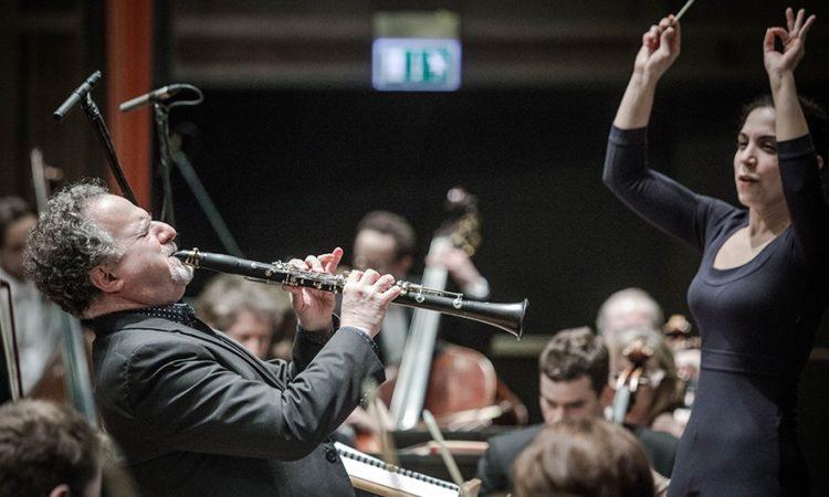 Światowej sławy amerykański klarnecista David Krakauer wystąpił wraz z orkiestrą symfoniczną, którą poprowadziła izraelska dyrygentka Bar Avni. (Fot: Magda Starowieyska / Muzeum Historii Żydów Polskich POLIN)